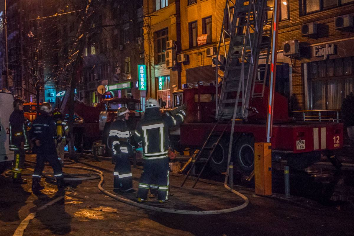 Несколько десятков пожарных борются с огнем в центре Киева