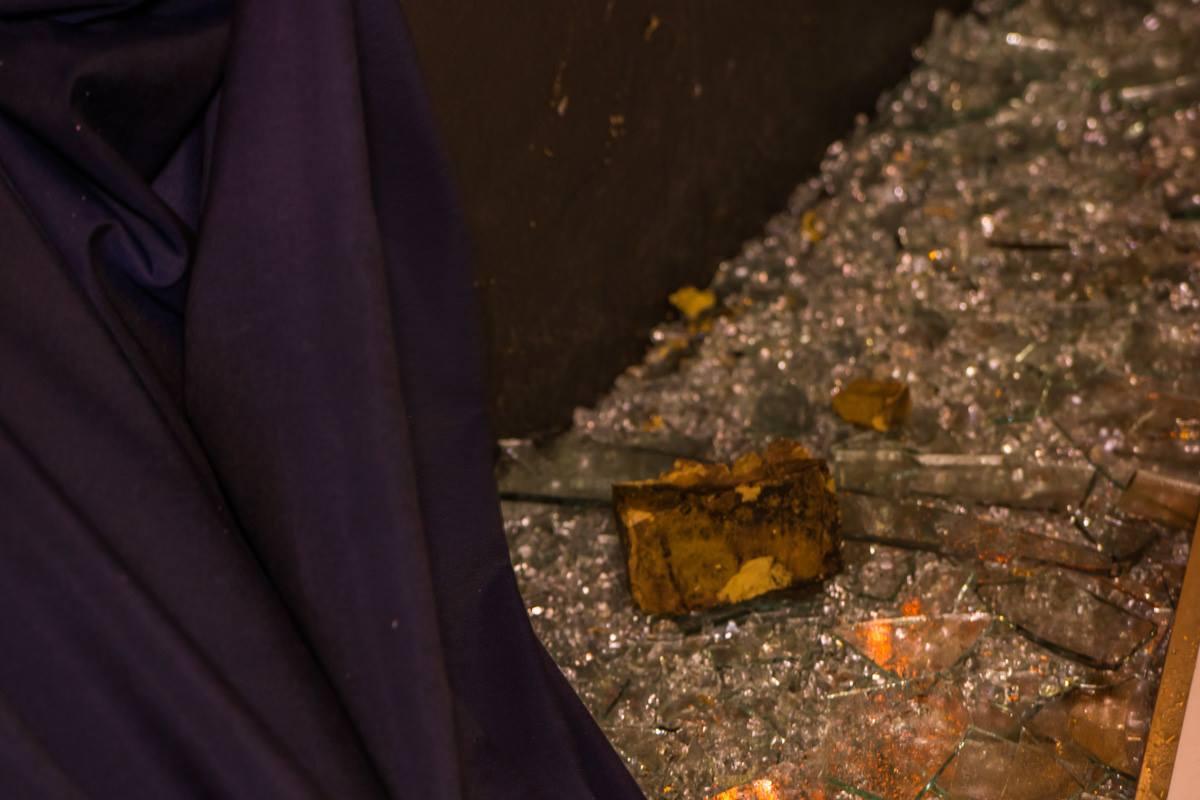 В самом заведении лежат камни, которыми и разбили витрины