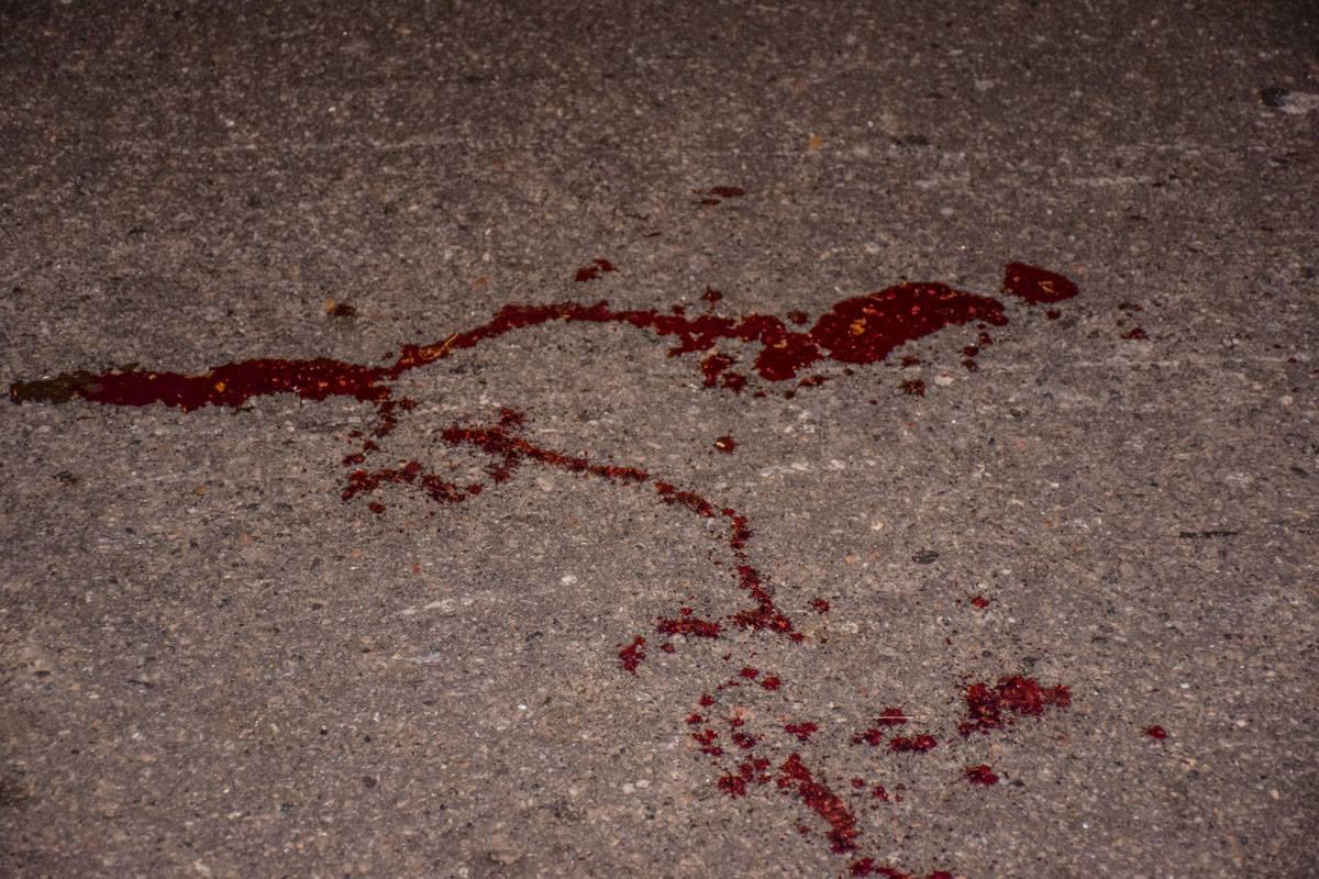 На месте происшествия на асфальте есть следы крови.
