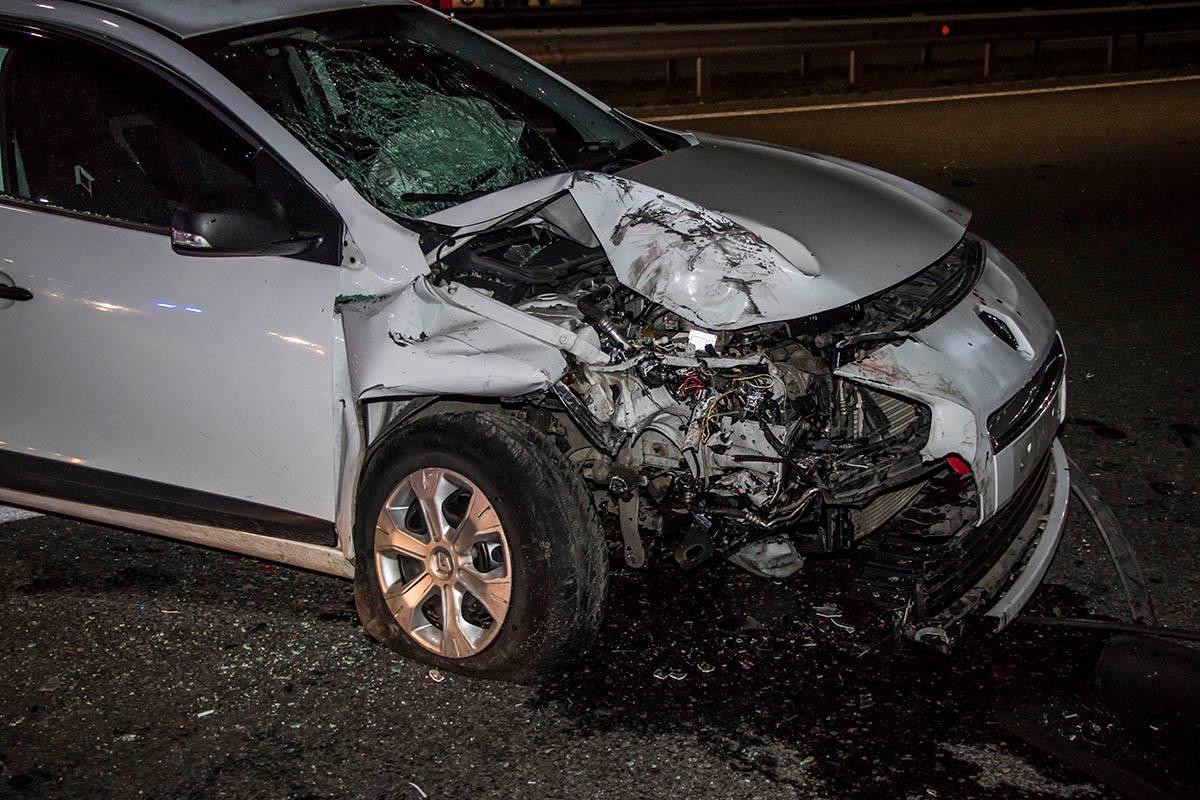 У Renault сильно повреждена передняя часть