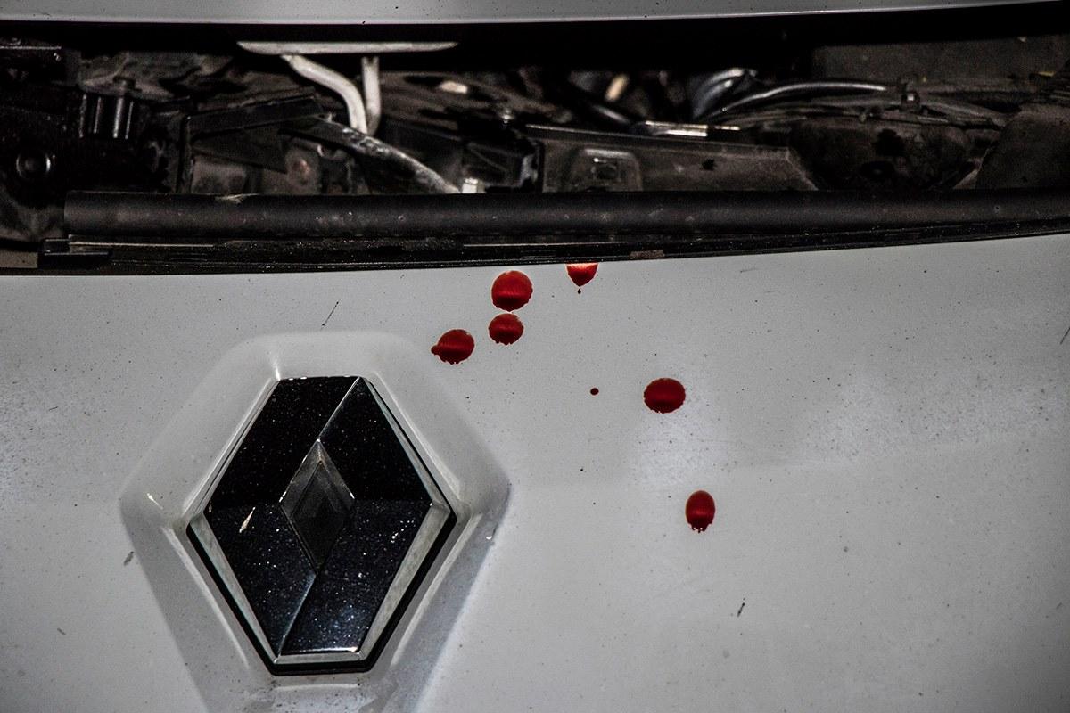 На капоте Renault кровь его владельца
