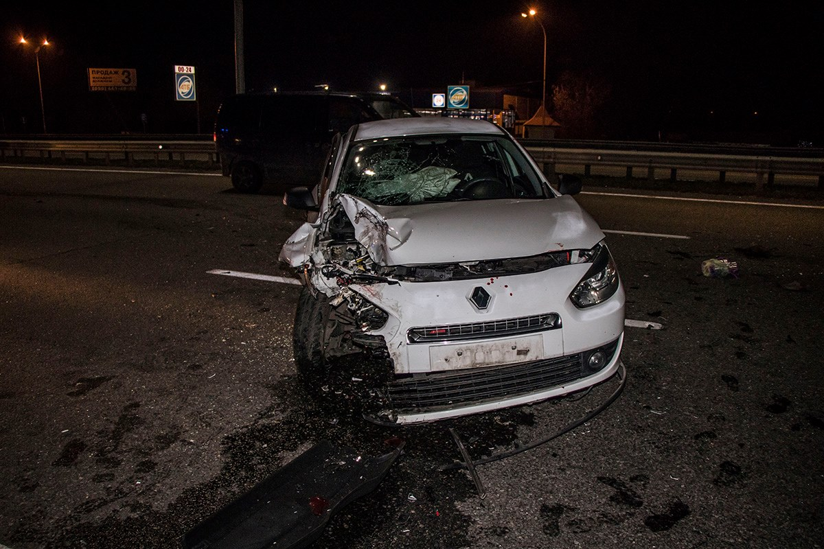 Renault не заметил в темноте остановившуюся машину