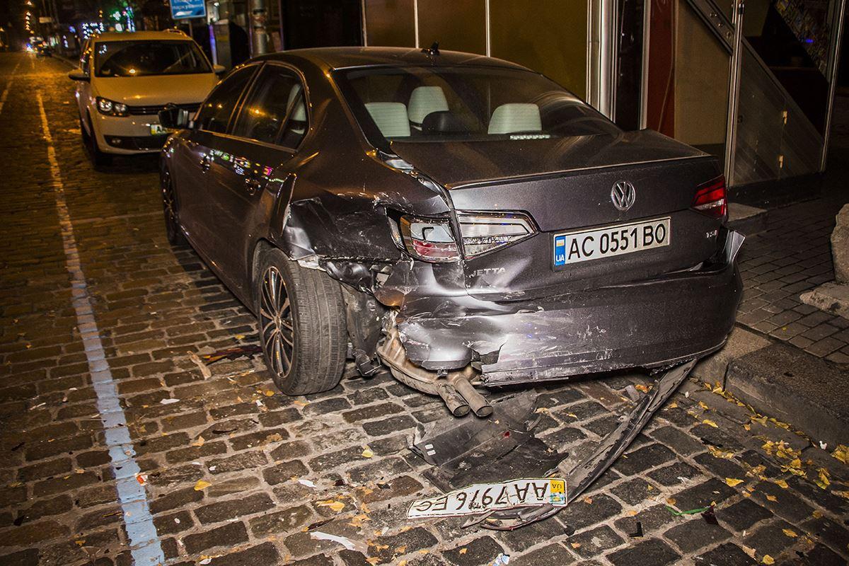 Из-за удара припаркованное авто развернуло на 180 градусов