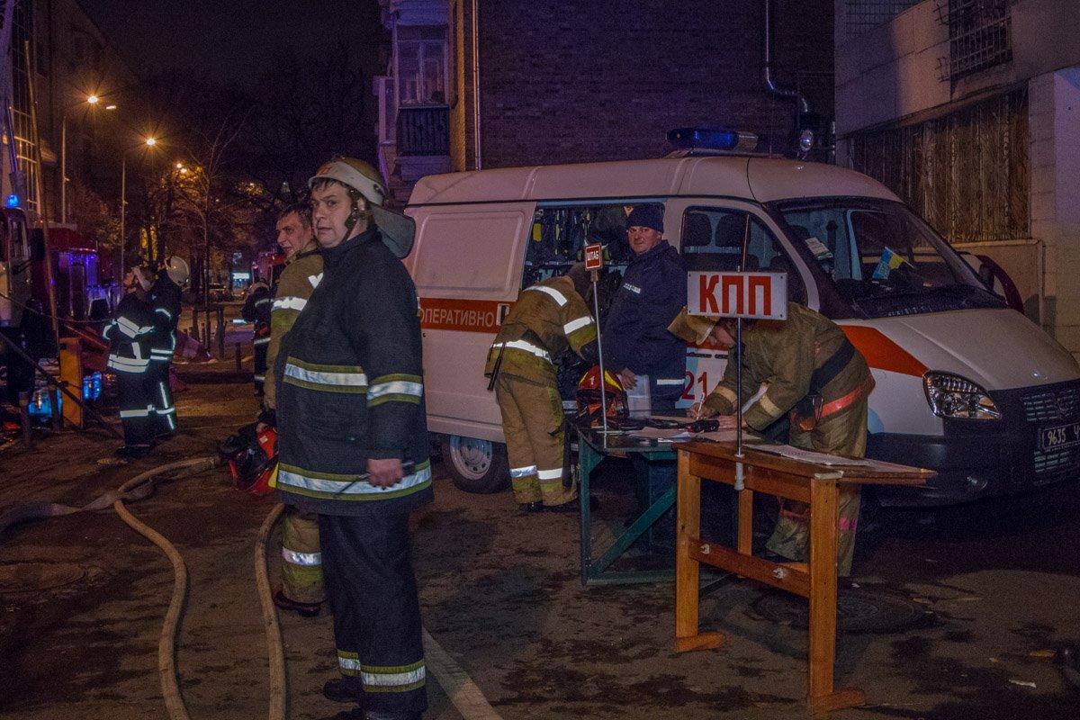 Пожарные на месте локализации огня в жилом доме на Мирного