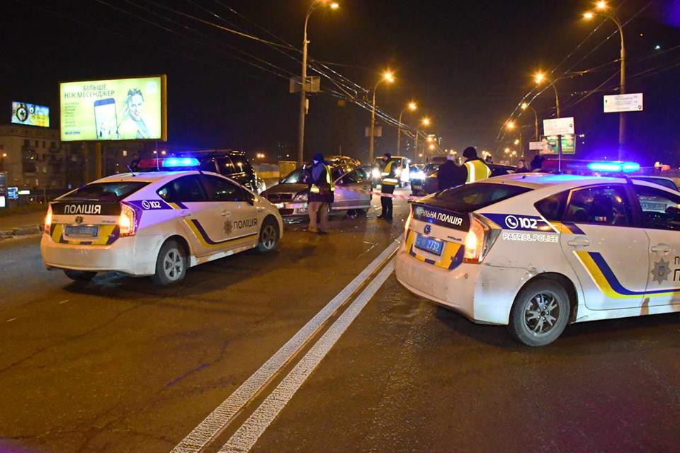 На месте работали 2 патрульные машины полицейских и следователи