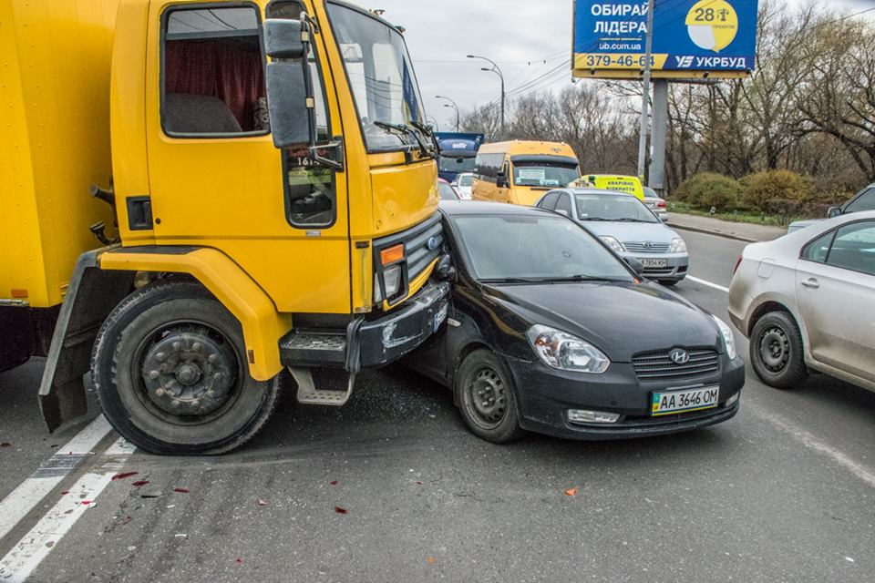 После того, как грузовик начало крутить по проезжей части, он врезался в Huyday