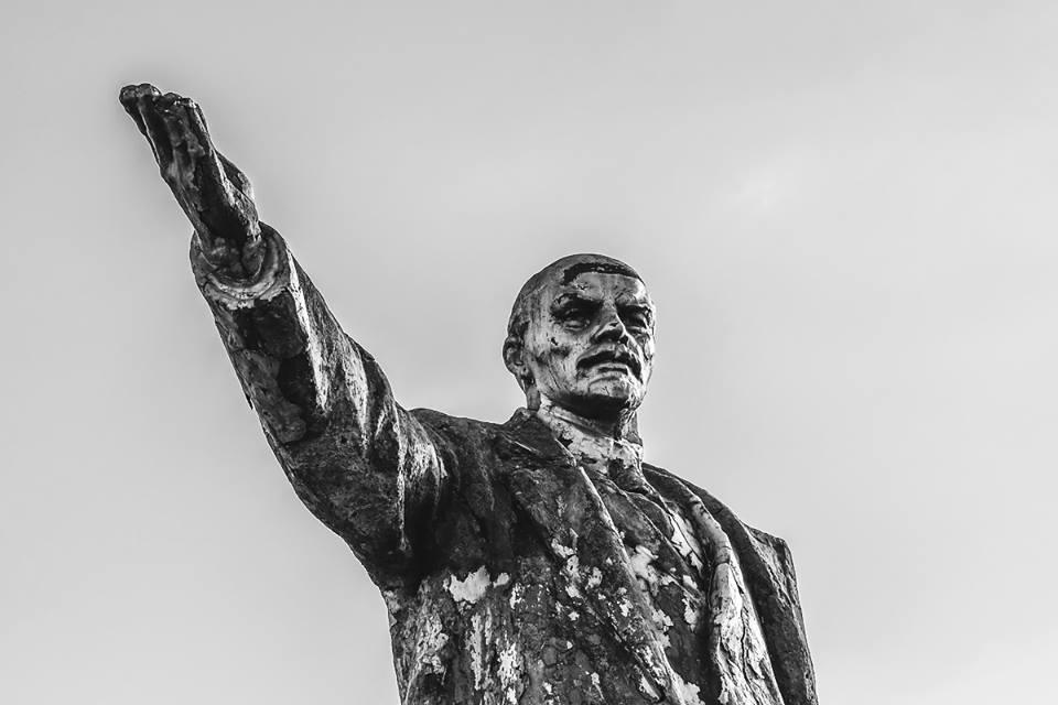 Прохожий рассказал, что это не последний памятник в Киеве, есть еще один на территории завода, но туда сложно попасть