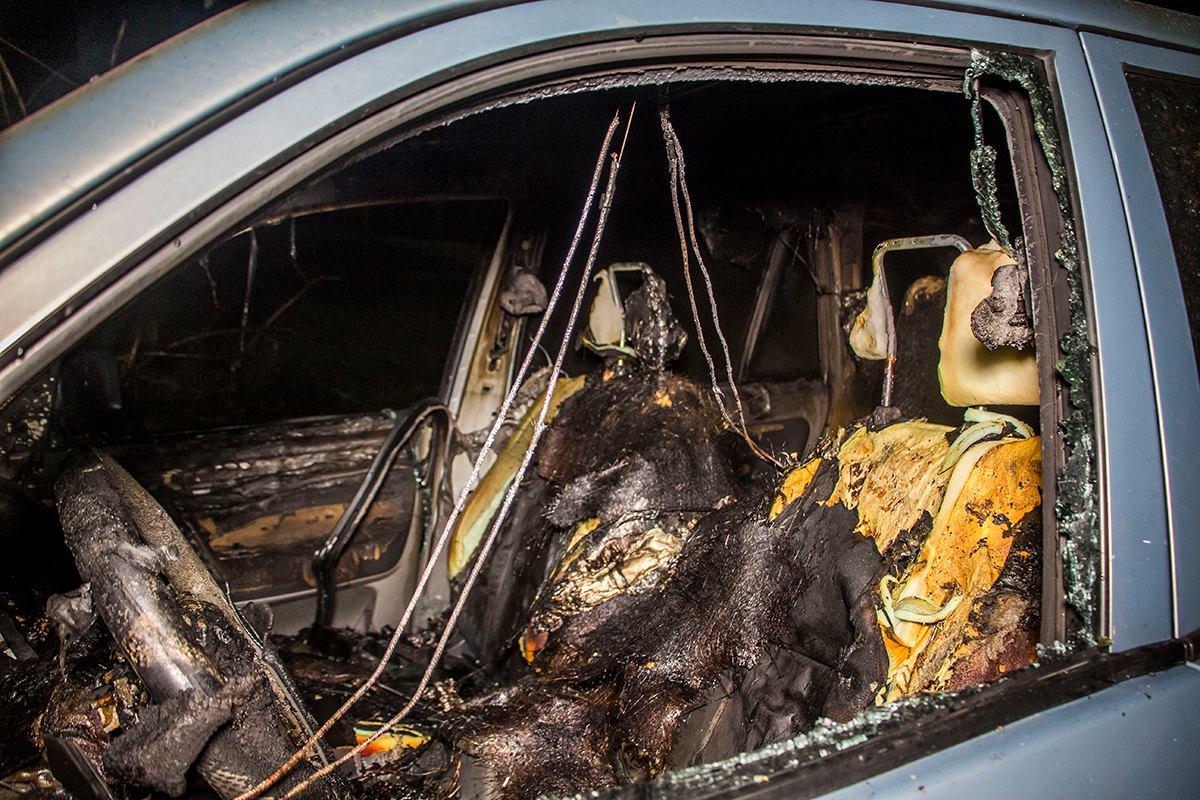 В авто салон выгорел полностью