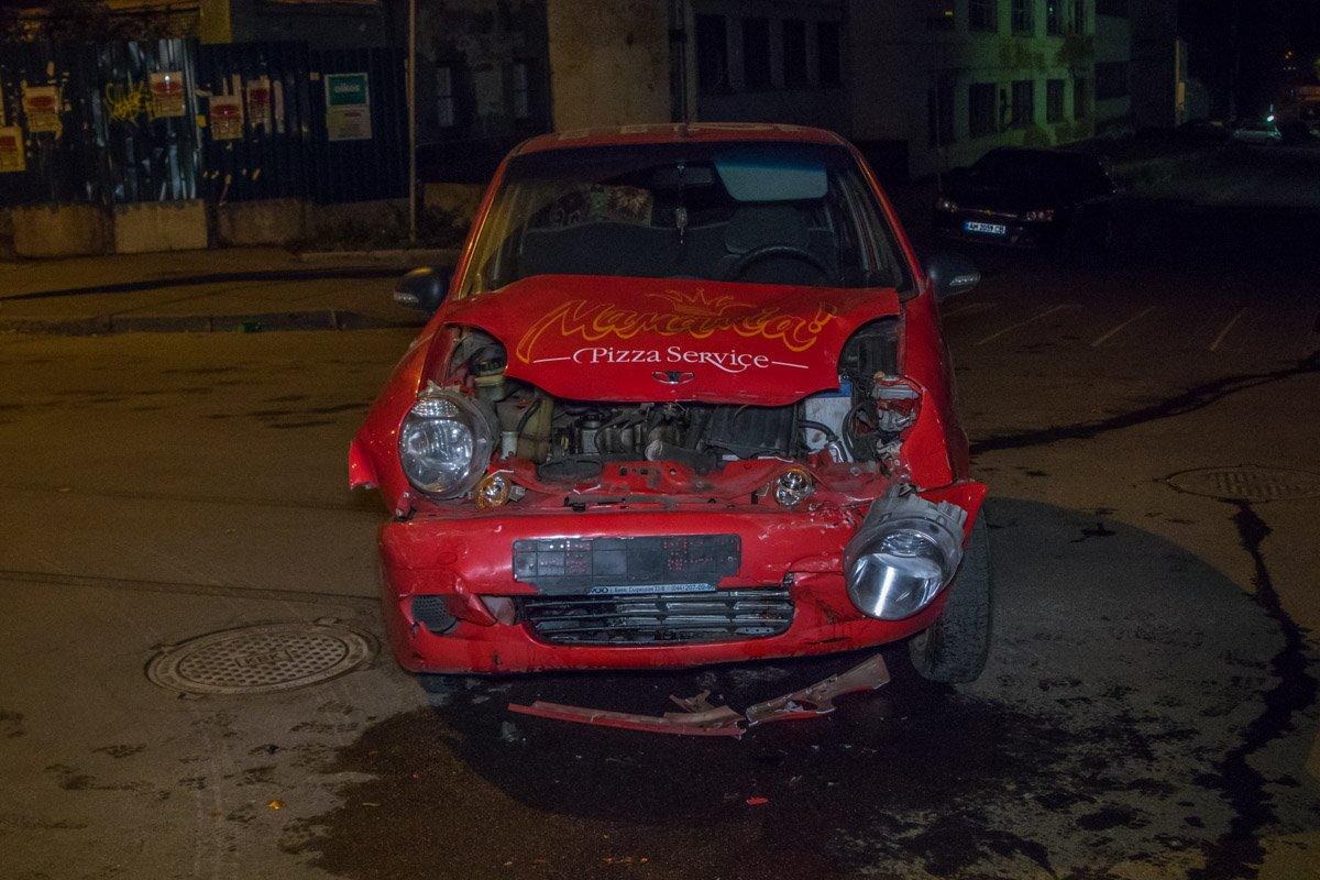У Daewoo Matiz полностью разбита передняя часть кузова