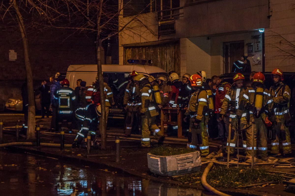 Во дворе многоэтажки, где произошел пожар, воды было по щиколотку