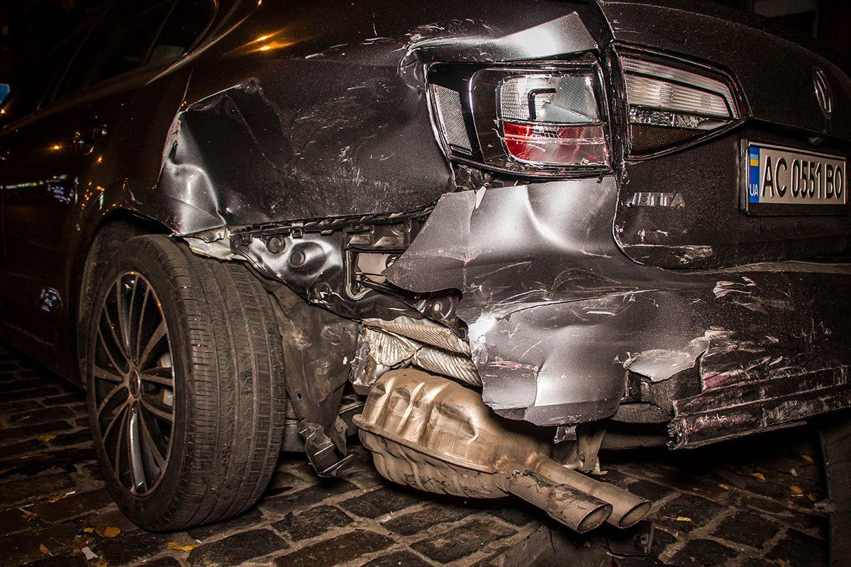 У Volkswagen Jetta повреждена задняя часть