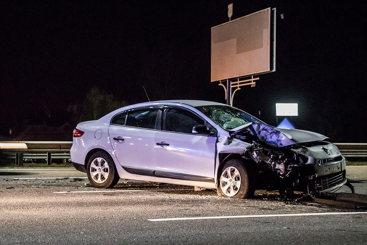 От удара Renault заглохшее авто развернуло и выбросило в другую сторону дороги