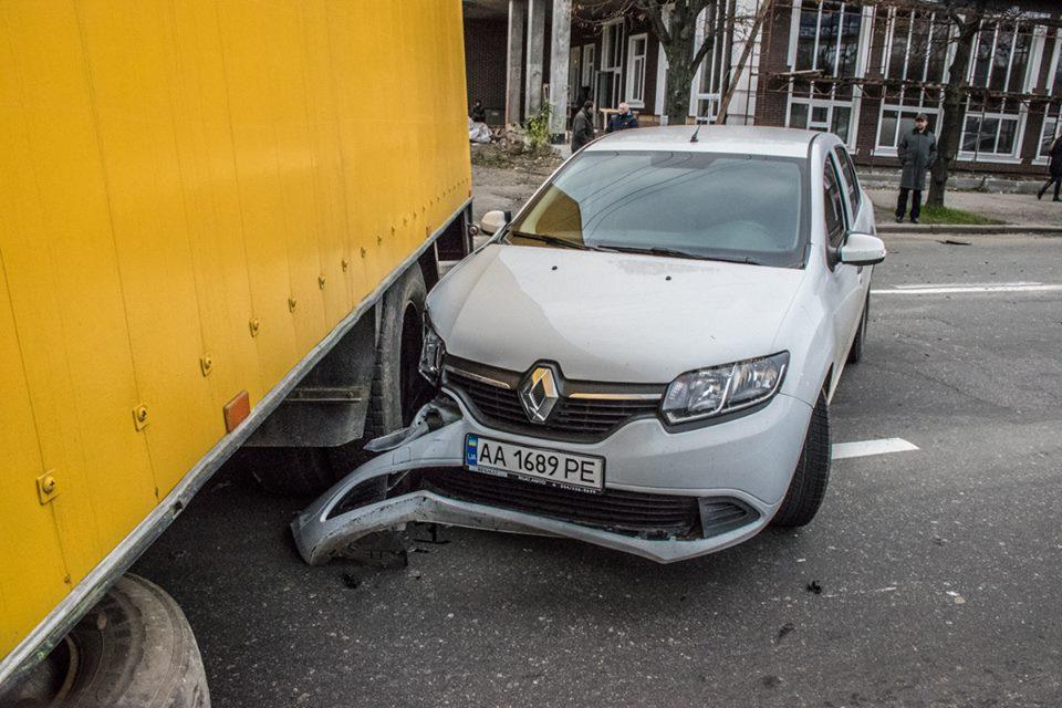 Затем Renault, в котором, к счастью, никто не пострадал