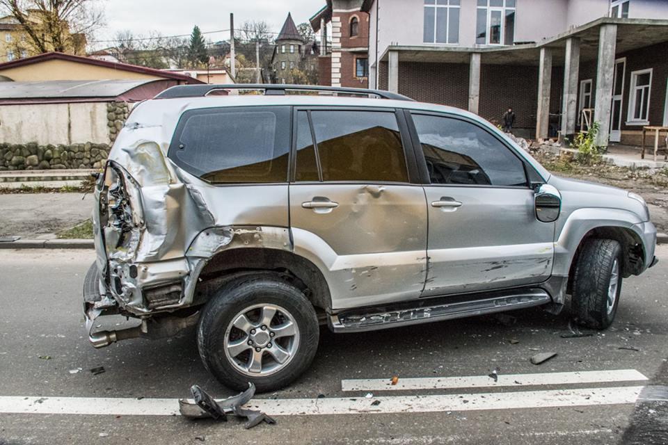 Первой, грузовик протаранил Totota Prado, которая выезжала из мойки на проспект Лобаноского