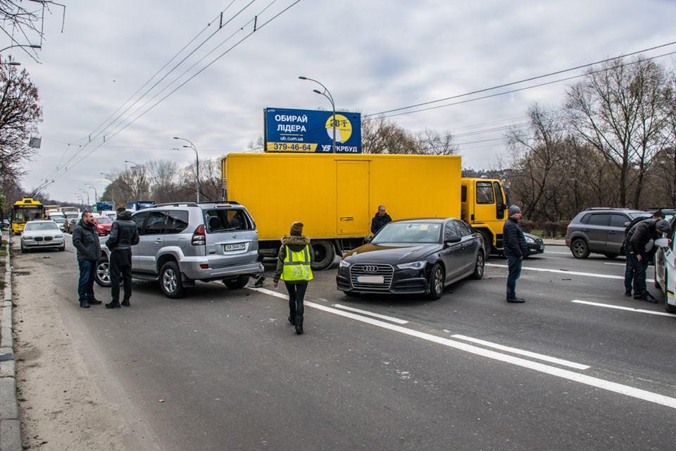 В Киеве на проспекте Лобановского произошло масштабное ДТП