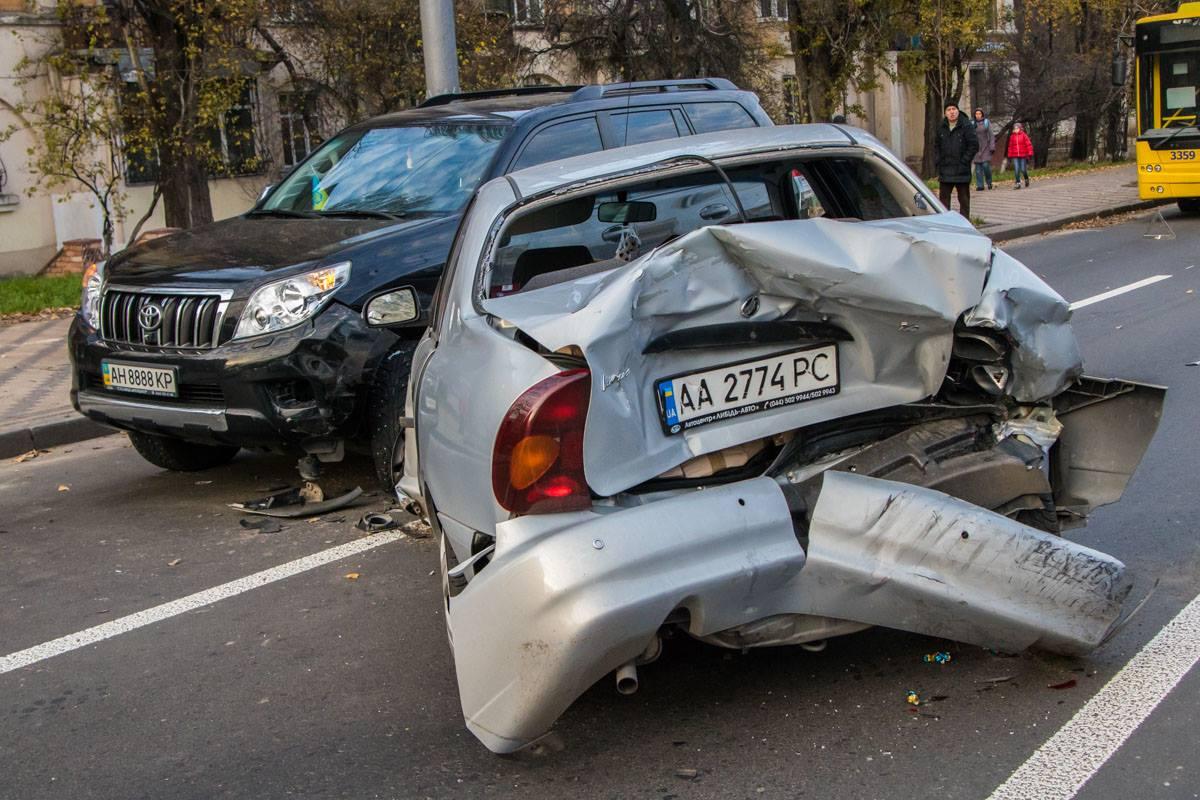 На пересечении Воздухофлотского проспекта и улицы Авиаконструктора Антонова столкнулись три автомобиля