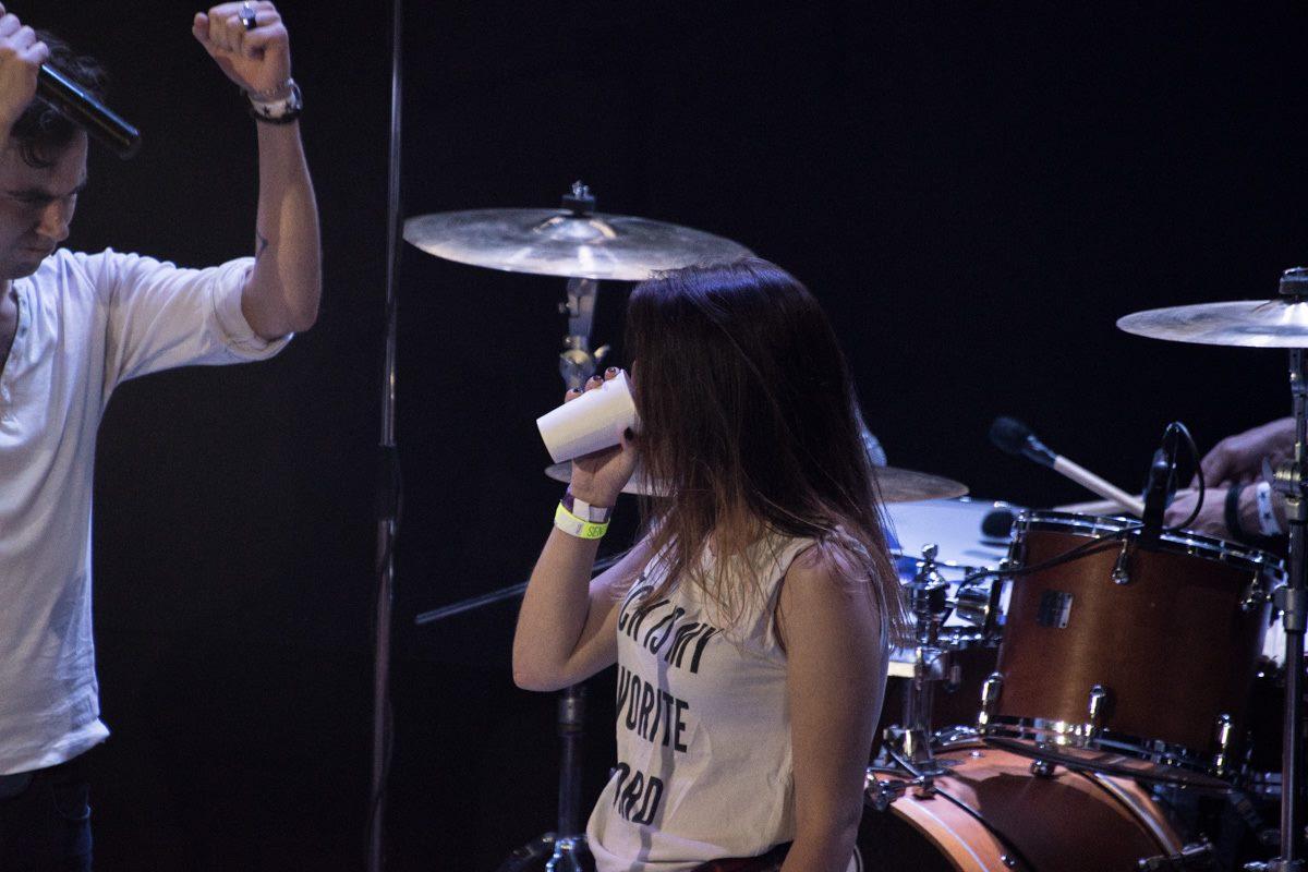 Храбрая девушка пьет стакан соленой воды под аплодисменты зала