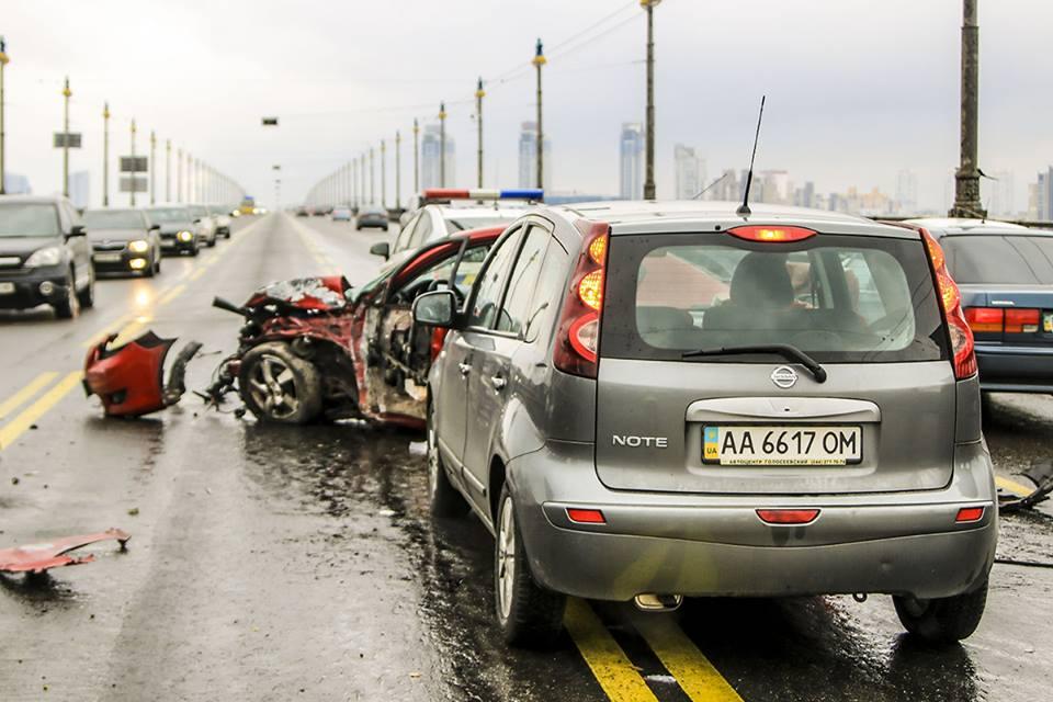 На мосту Патона столкнулись Nissa и Mazda