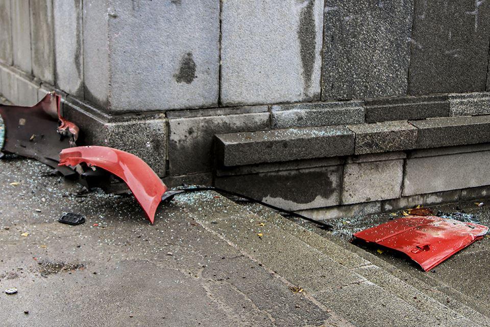От удара в колонну детали автомобиля Mazda разбросало по проезжей части