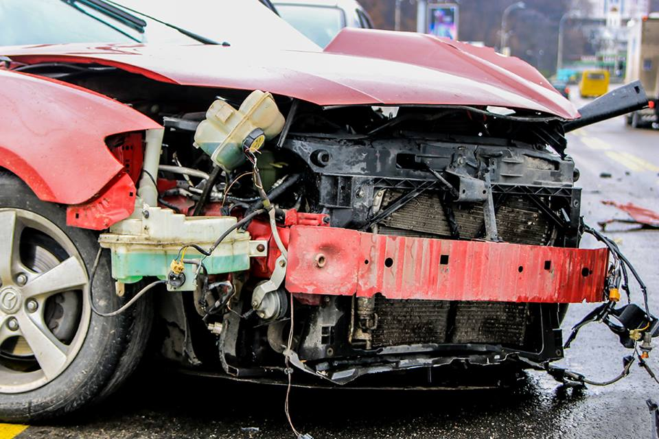 Mazda не справился с управлением и врезался в колонну