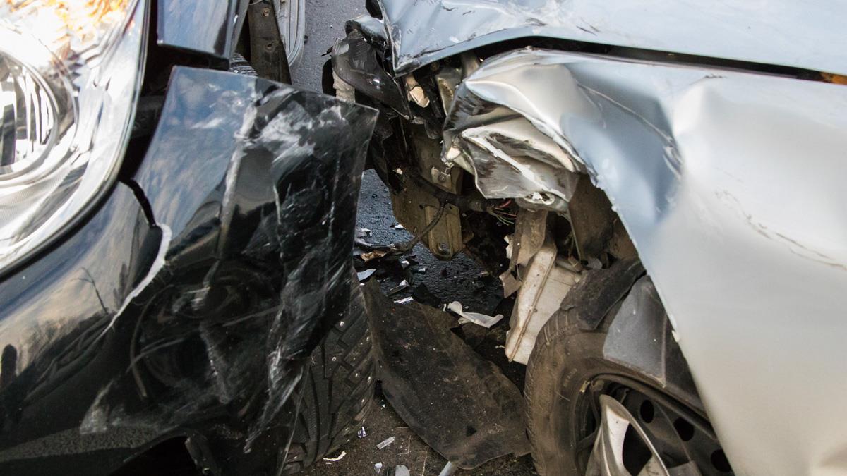 Daewoo вынесло на встречную полосу движения, где он врезался вToyota Land Cruiser Prado