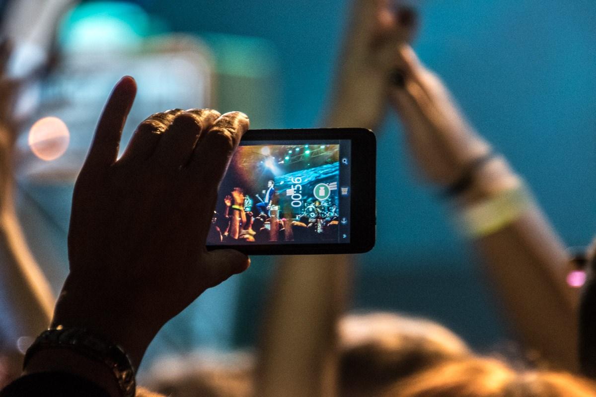 Многие записывали концерт на свои смартфоны