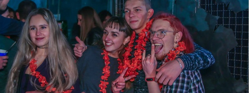 Смотреть видеоролики девушки отрываются на дискотеке