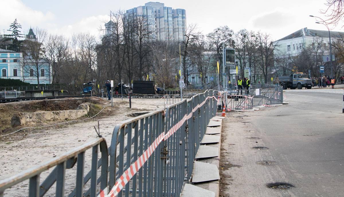 Территория мемориального комплекса ограждена забором