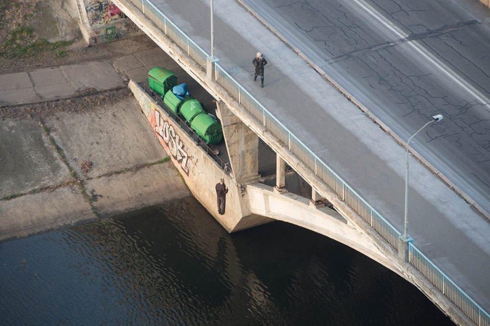 На Русановском мосту обнаружили повешенного мужчину