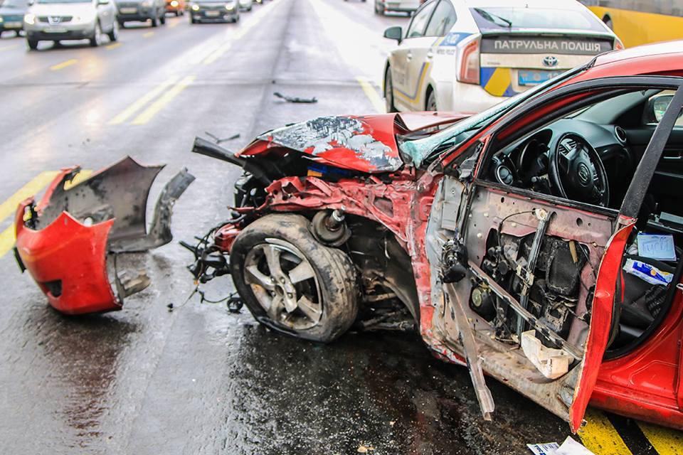 После колонны, авто откинуло на проезжую часть. Там Mazda потерял равновесие и столкнулся с Nissan.