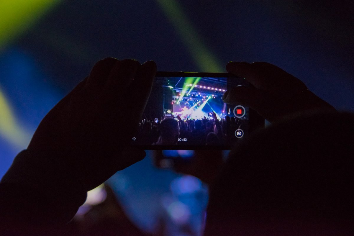 Многие записывали концерт на камеру смартфона