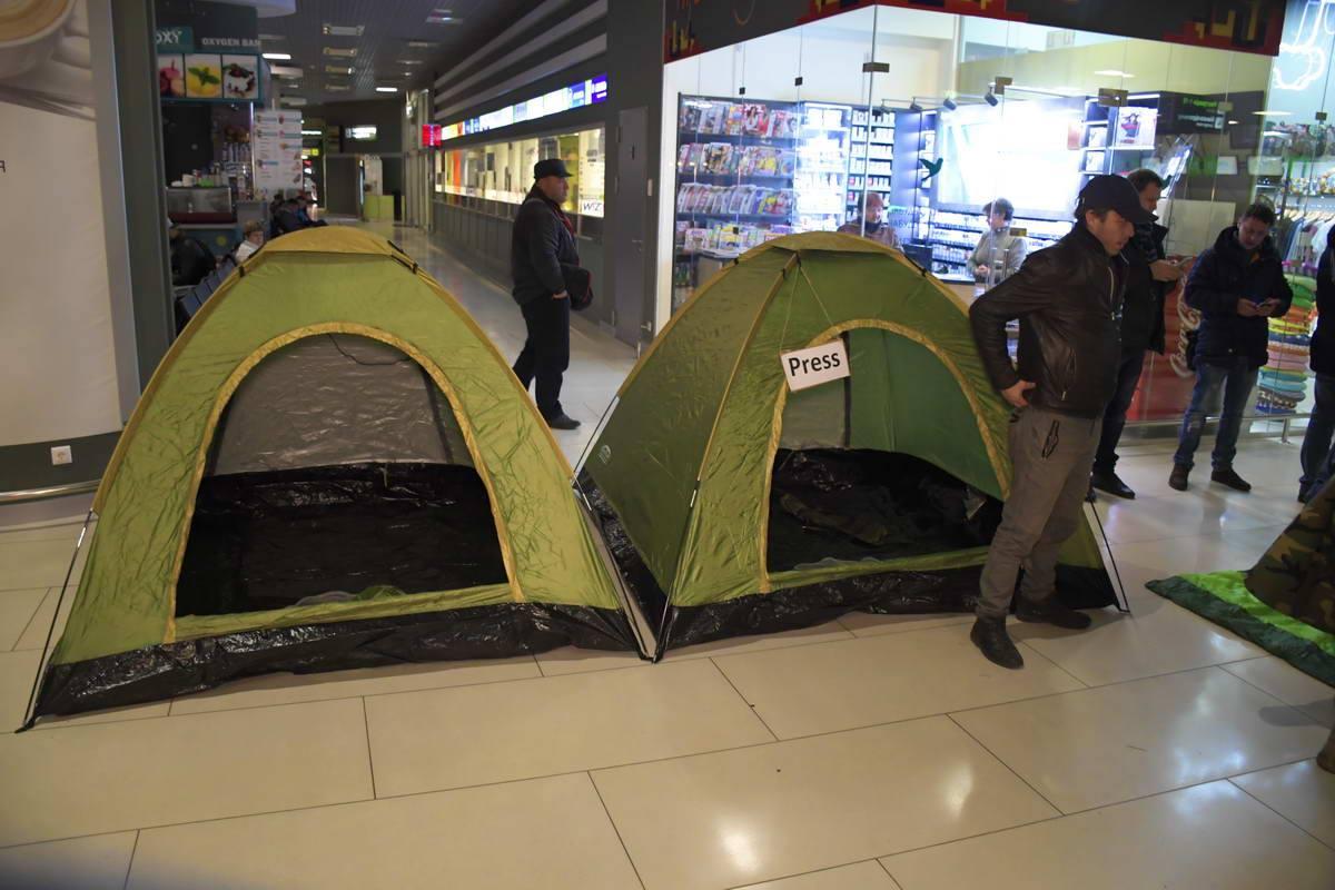 """В зале """"Терминала А"""" уже появились палатки."""