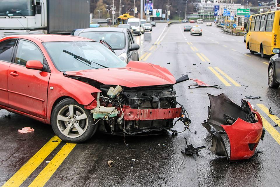 Водитель Mazda не справился с управлением на мокрой дороге