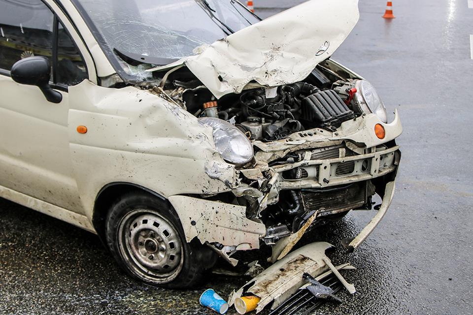 От столкновения водитель лекгового автомобиля пробил головой лобовое стекло