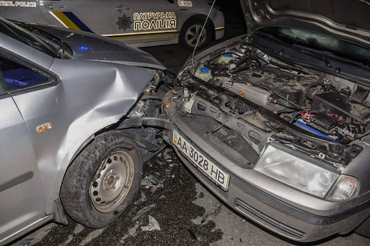 На перекрестке улиц Оноре де Бальзака и Марины Цветаевой столкнулись Skoda Octaviaи Volkswagen Caddy