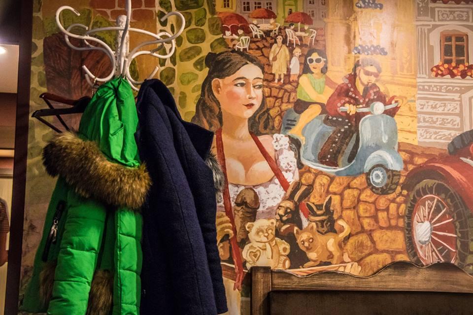 В киевской шоколаднице висит необычная картина с шоколадным половым органом