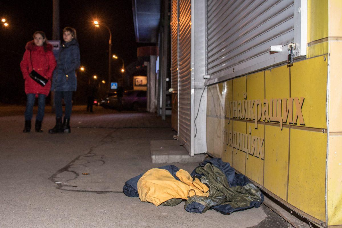 На улице осталась лежать верхняя одежда одного из задержанных