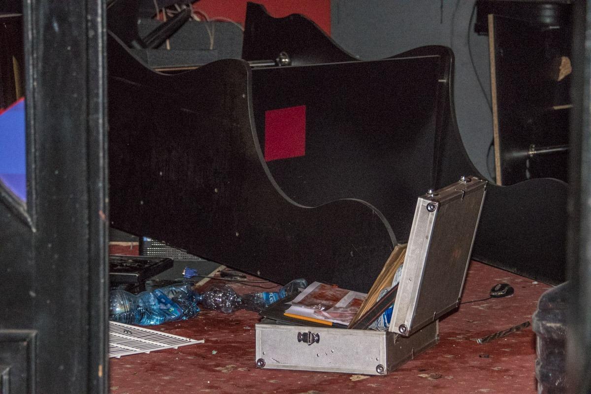 Внутри помещения повредили мебель и игровые автоматы