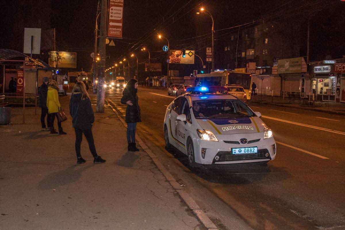 На место прибыло около 20 патрульных машин