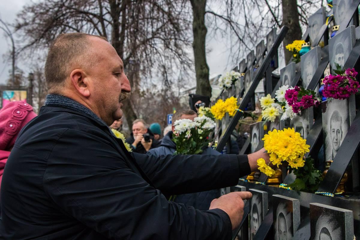 Сотни людей несли цветы