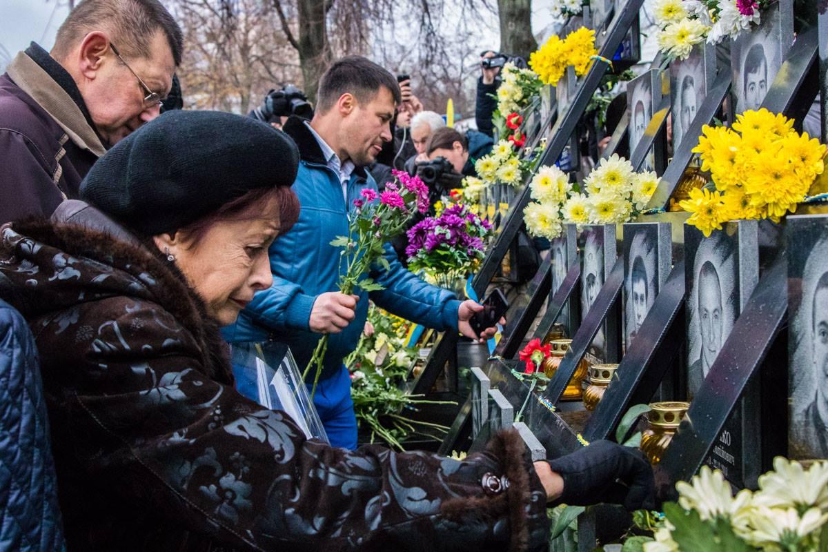 Цветы у портретов погибших возложили сотни людей
