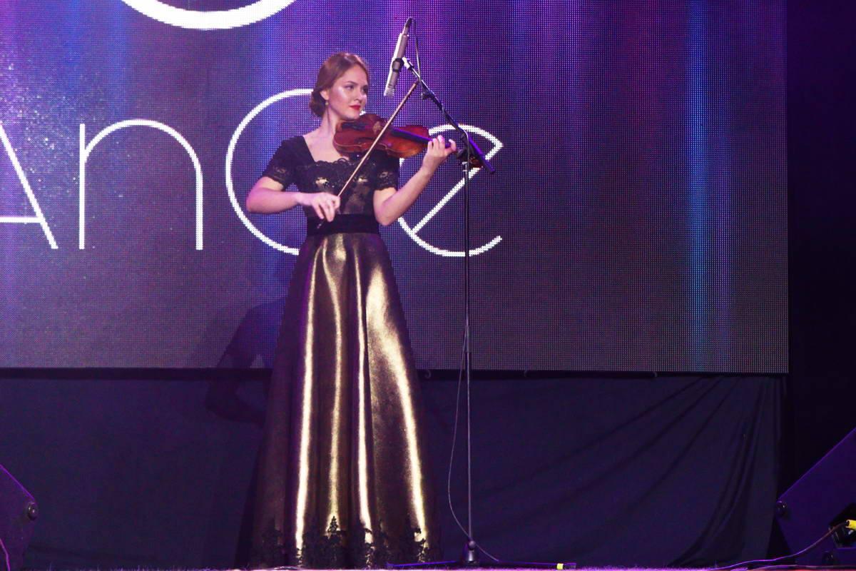 Гостей шоу развлекали классической музыкой и игрой на скрипке