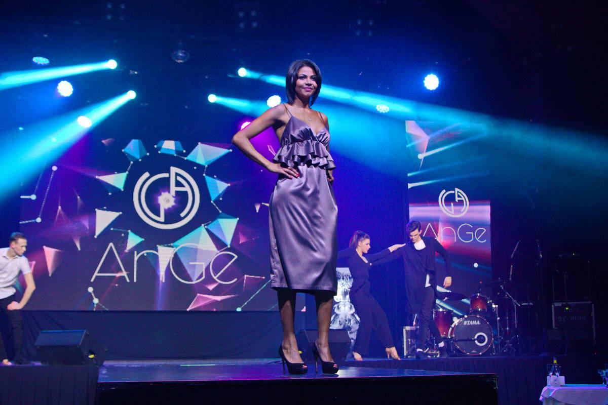 Все платья на моделях - творения молодых украинских дизайнеров