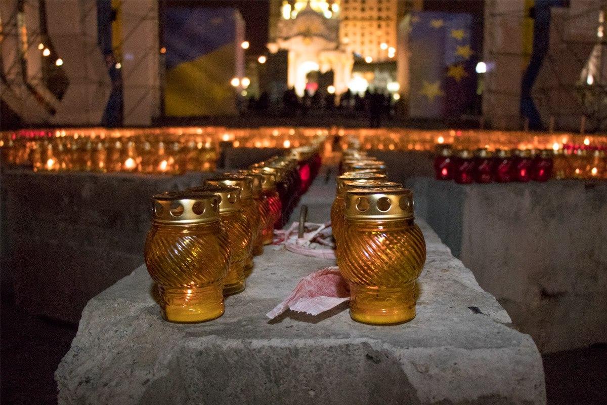 На Майдане зажигали свечи
