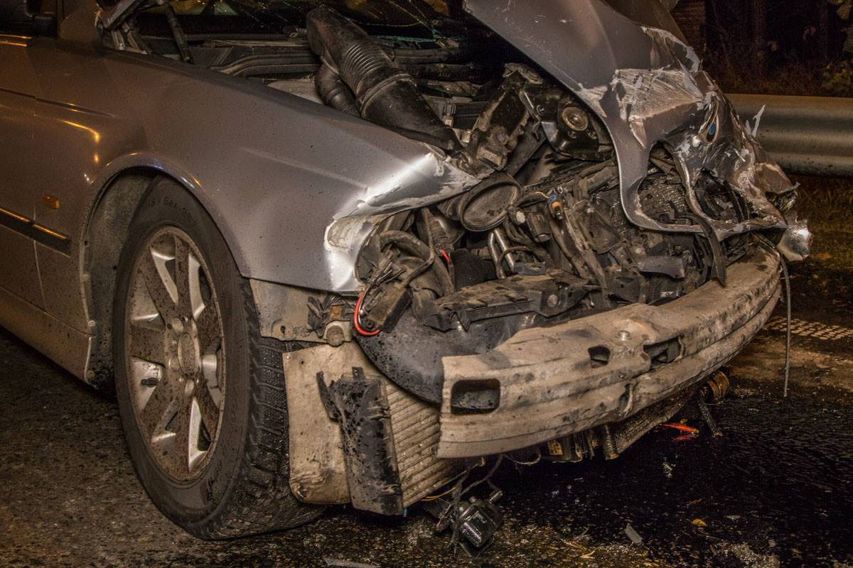 BMW после удара отбросило в МАЗ