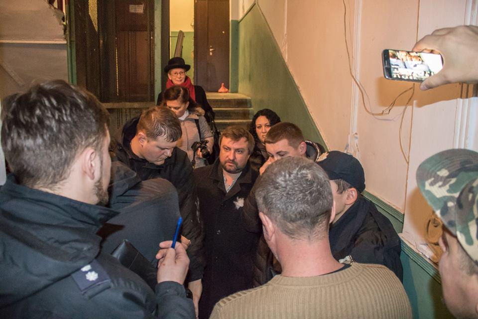"""Врываясь, мужчины представились владельцами квартиры, а по приезду полиции - доверенным лицом """"владельца жилья"""""""