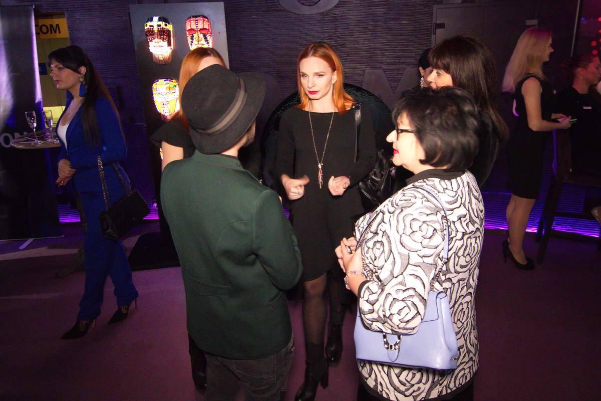 """Девушки из дуэта """"Анна-Мария"""" знакомятся с гостями"""