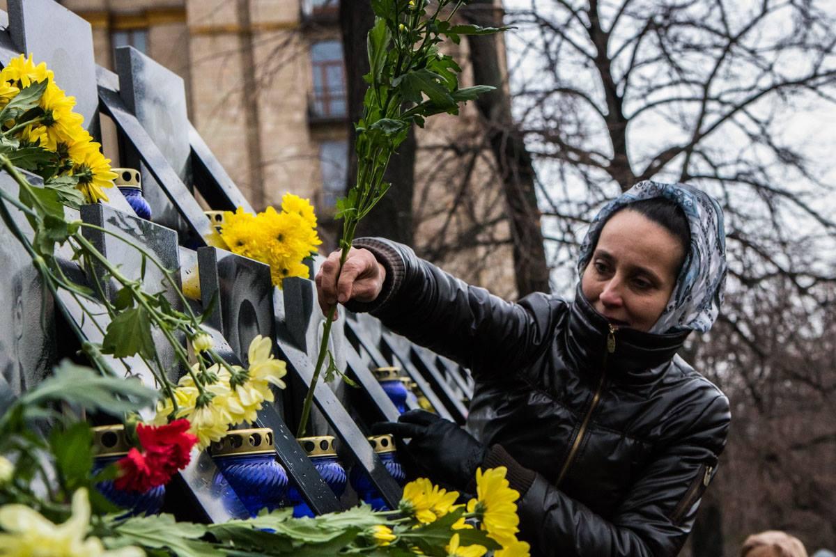 Украинцы принесли много цветов