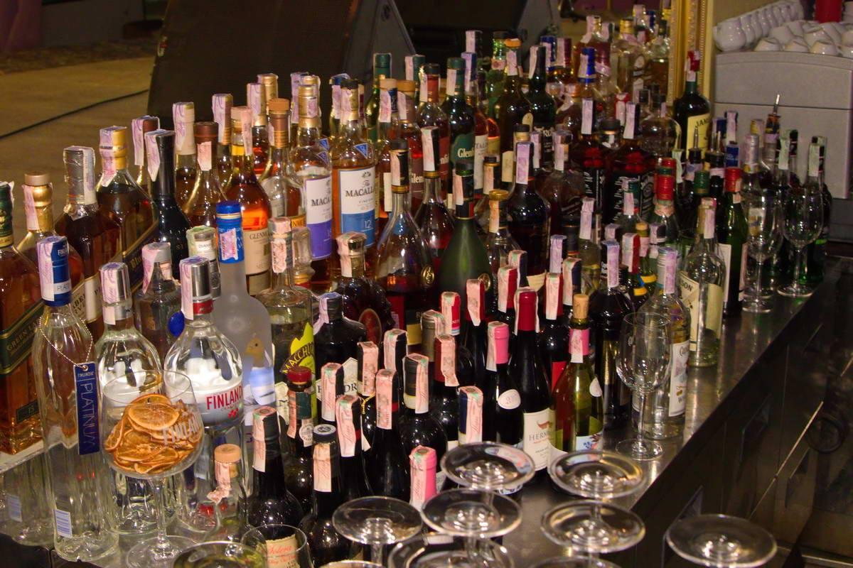 Гостей в холле ждал немалый выбор алкоголя