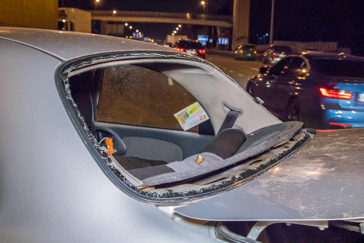 Водителя DaewooLanos выкинуло через заднее стекло